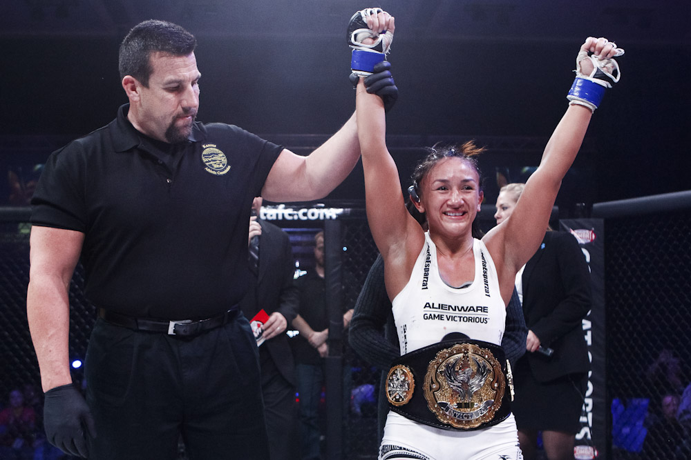 Carla Esparza levou o cinturão do Invicta. Foto: Esther Lin / Invicta Fighting Championships