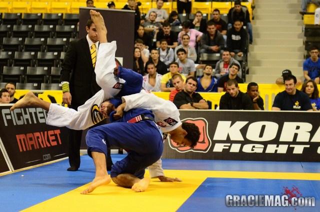O oponente engatilhou a queda? Contra-ataque e finalize na chave kimura