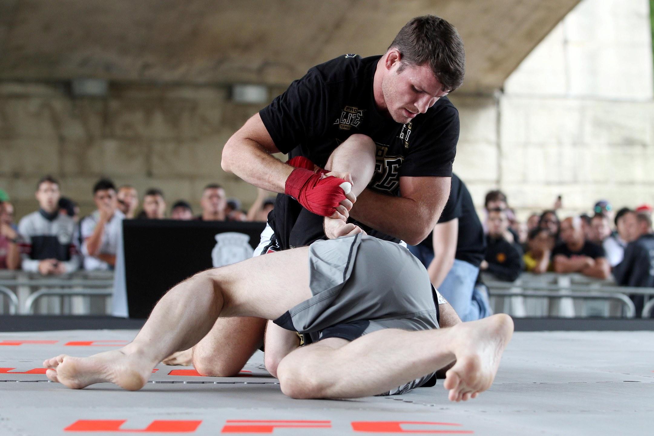 Bisping parte para kimura durante treino aberto. Foto: UFC/Gaspar Nóbrega
