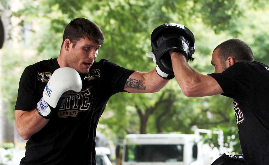 Bisping treina manopla, mas pretende surpreender no solo. Foto: UFC/Gaspar Nóbrega