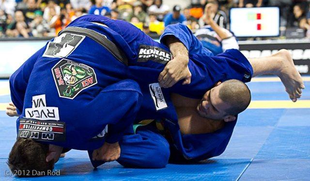 Marcus Bochecha raspa Rodolfo Viera nas quartas do absoluto, no Mundial 2012. Foto: Dan Rod/ GRACIEMAG