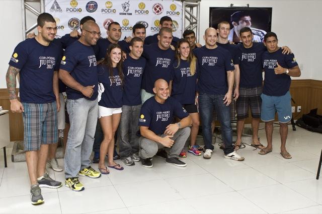 Os atletas da Copa Pódio posam em clima bem humorado, após a pesagem de ontem no Rio de Janeiro. Fotos: Gustavo Aragão/GRACIEMAG