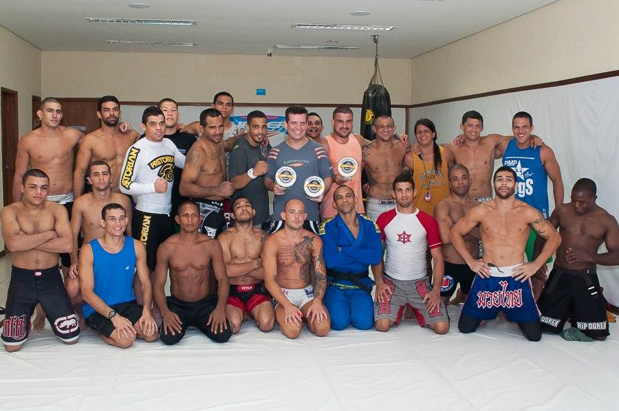 Dedé com Jair e os atletas da Nova União. Foto: Welington Borges