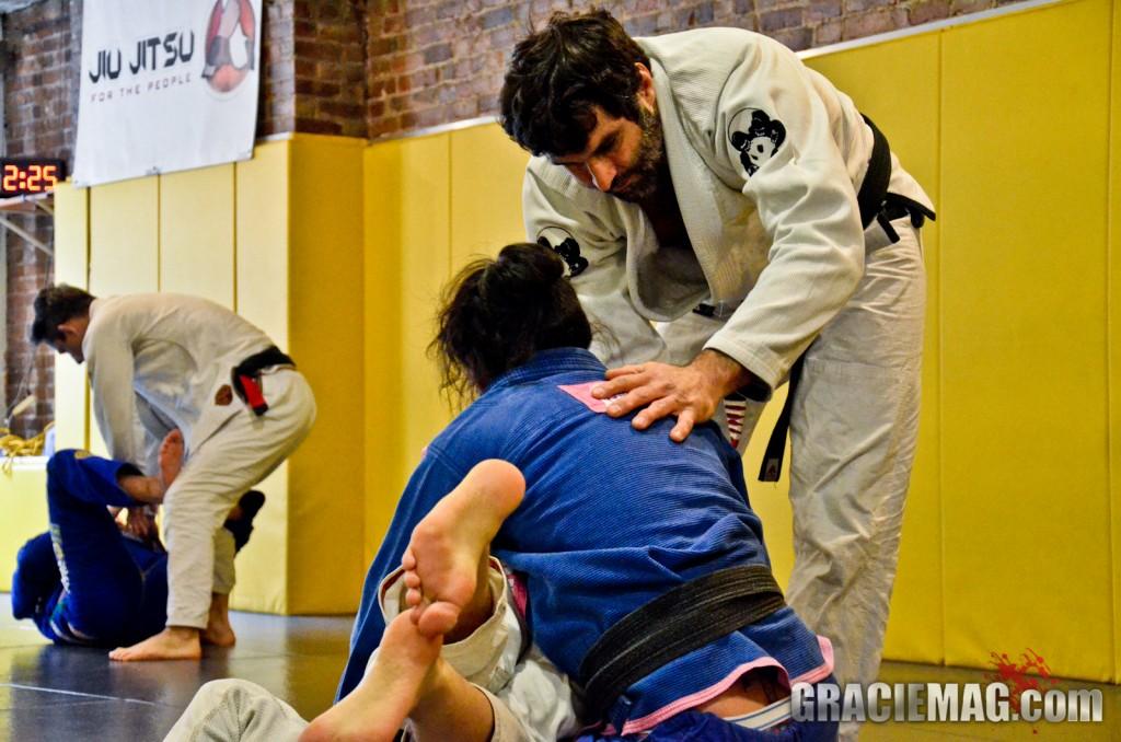 Fabio Clemente orienta seus alunos. Foto: Erin Herle/GRACIEMAG
