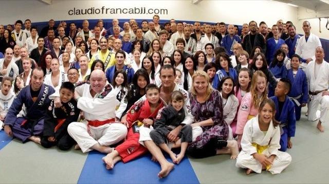 Claudio França cercado por seu mestre, Alvaro Mansur, seus pequenos alunos e praticantes de todas as idades. Foto: Divulgação