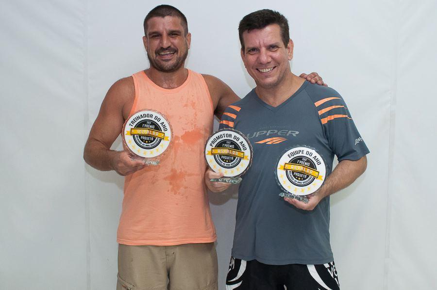Jair Lourenço e Dedé com o Prêmio Osvaldo Paquetá. Foto: Welington Borges