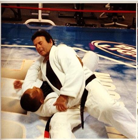 O ministro Luiz Fux ensina um de seus ataques do lado, com o anfitrião Frédson Paixão, bicampeão mundial na faixa-preta. Foto: Arquivo Pessoal