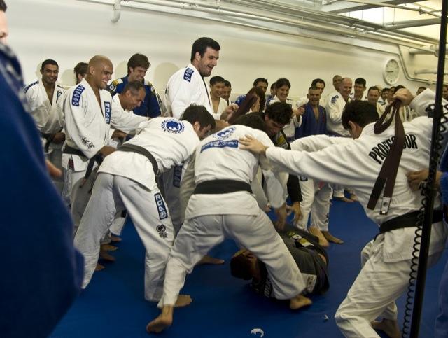 Ritual da faixada em academia de Renzo Gracie em NY. Foto: Dan Rod