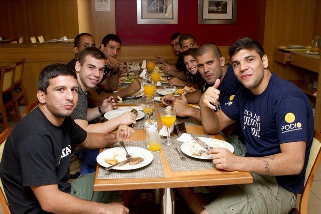 Rodolfo Vieira Joao Gabriel Leo Nogueira jantam juntos no hotel da Copa Podio Foto Gustavo Aragao GRACIEMAG