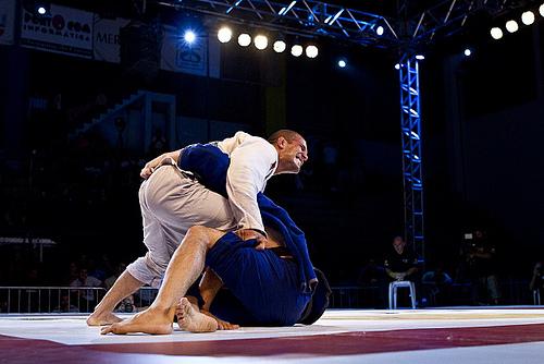 Aprenda uma passagem de meia-guarda simples para o seu Jiu-Jitsu