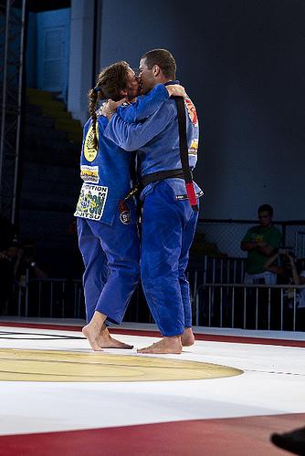 Augusto Tanquinho e Mackenzie Dern comemorando a vitória com um beijo. Foto: Gustavo Aragão/GRACIEMAG