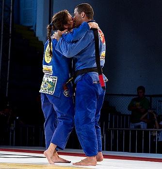 Tanquinho e Mackenzie selam a vitória com um beijo no dojô. Foto: Gustavo Aragão/GRACIEMAG
