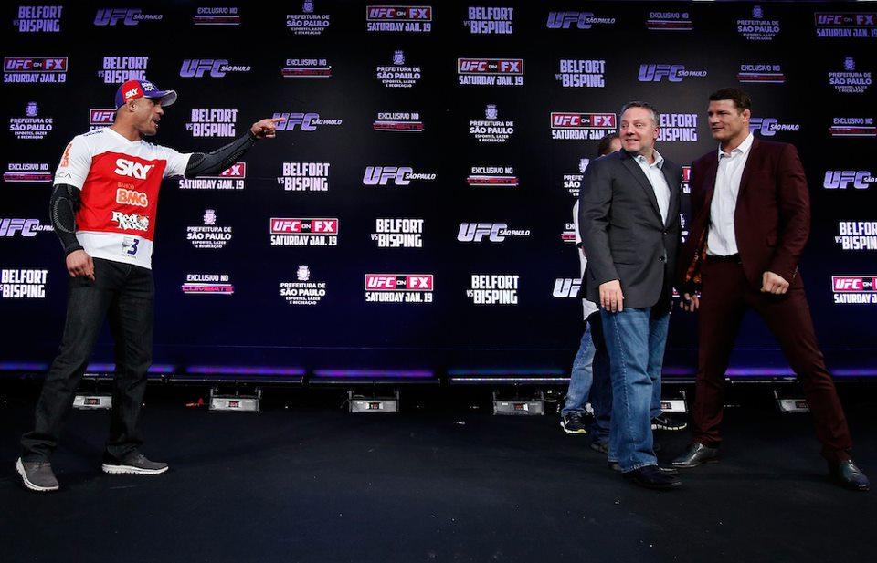 Vitor aponta para Bisping, que ri da situação. Foto: UFC/Divulgação