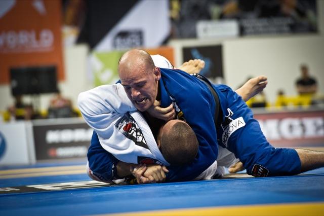 Xande Ribeiro bota pressão em Rodolfo Viera na final dos pesados, no Mundial 2012. Foto: Dan Rod