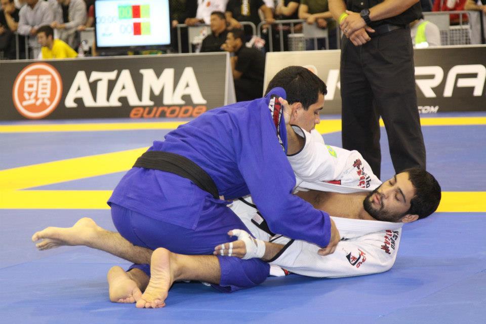 Dimitrius Souza jogando por baixo no Jiu-Jitsu. Foto: IBJJF.