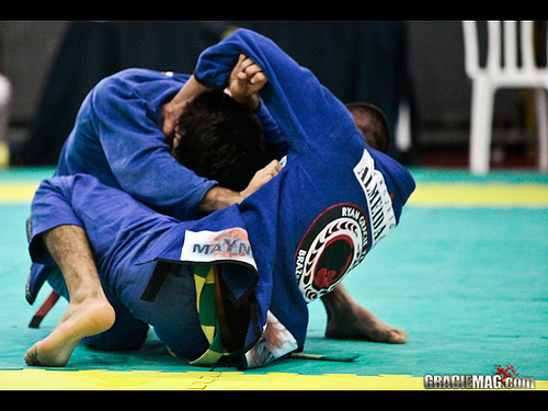 Incomode o oponente no pescoço para montar com facilidade