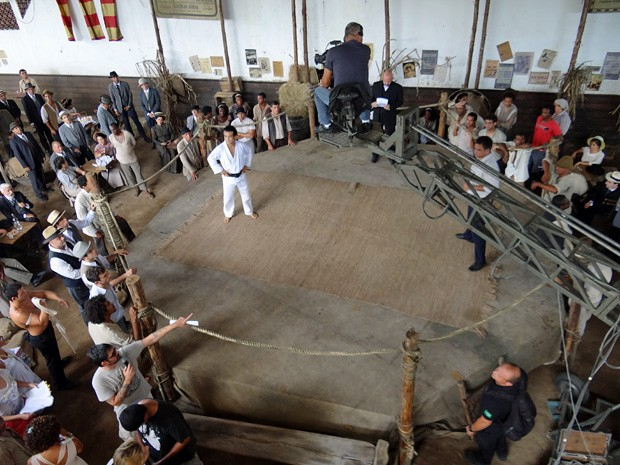 Um octógono rústico é palco para o duelo Jiu-Jitsu vs Capoeira. Foto:Lado a Lado/TV Globo