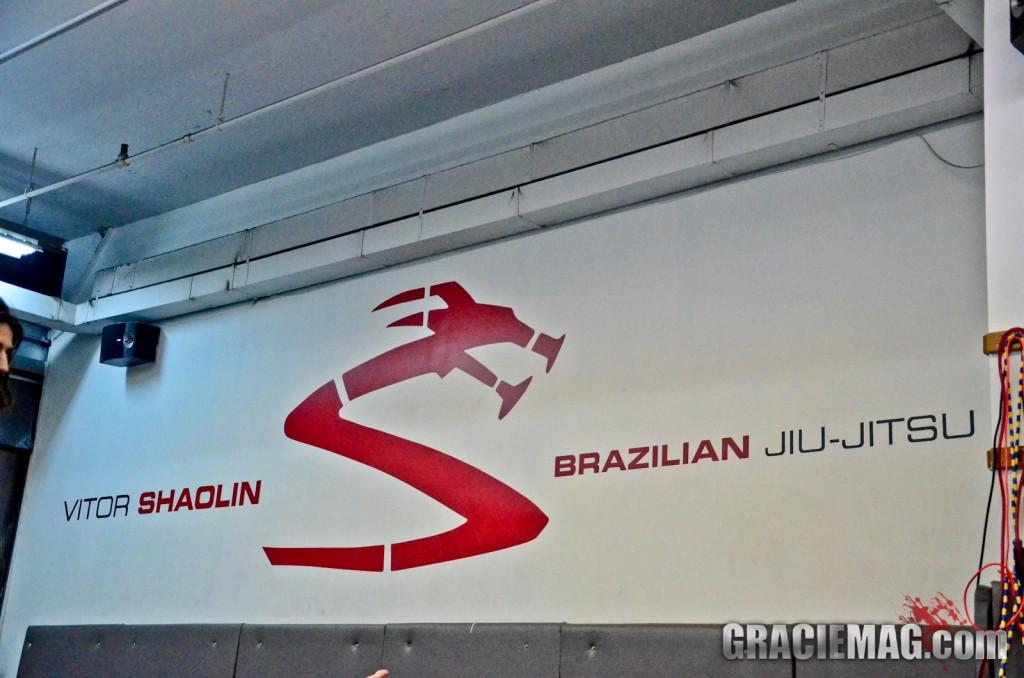 Parede com a logo do Vitor Shaolin BJJ. Foto: Erin Herle/GRACIEMAG