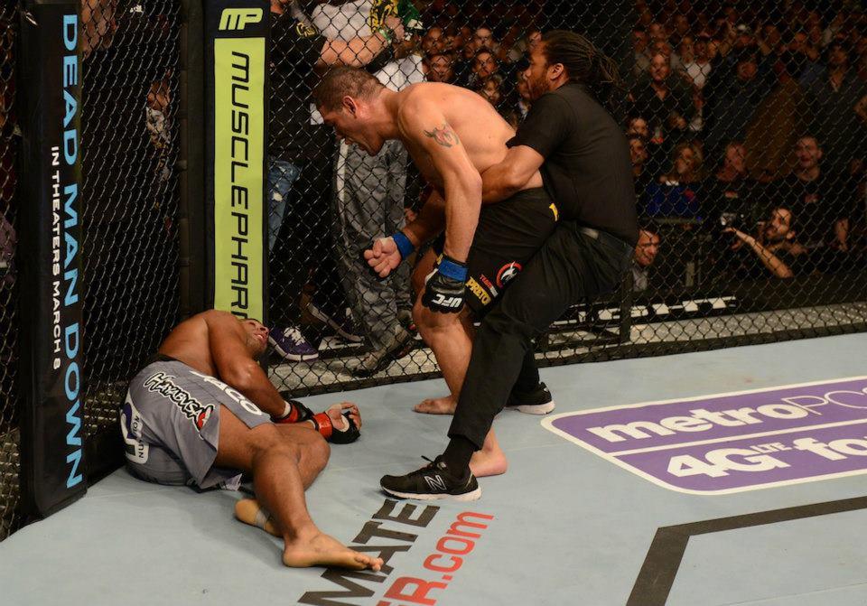 Pezão teve que ser contido por Herb Dean após nocautear Overeem. Foto: UFC/Divulgação