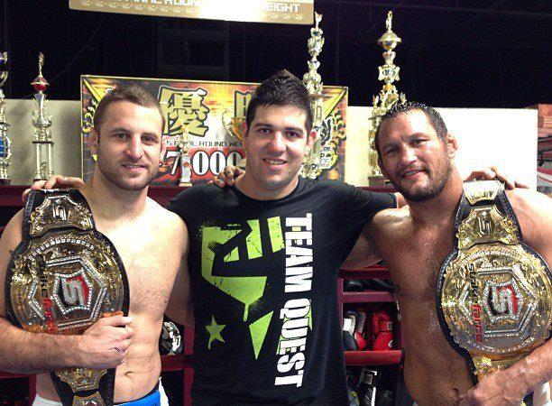 Ricardo Pantcho com os campeões do Strikeforce, Tarec Saffiedine e Dan Henderson. Foto: Arquivo Pessoal