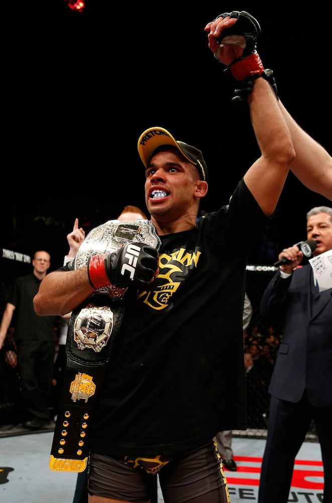 Renan Barão vence, tem o braço erguido, e recebe de volta seu cinturão. Foto: UFC/Facebook