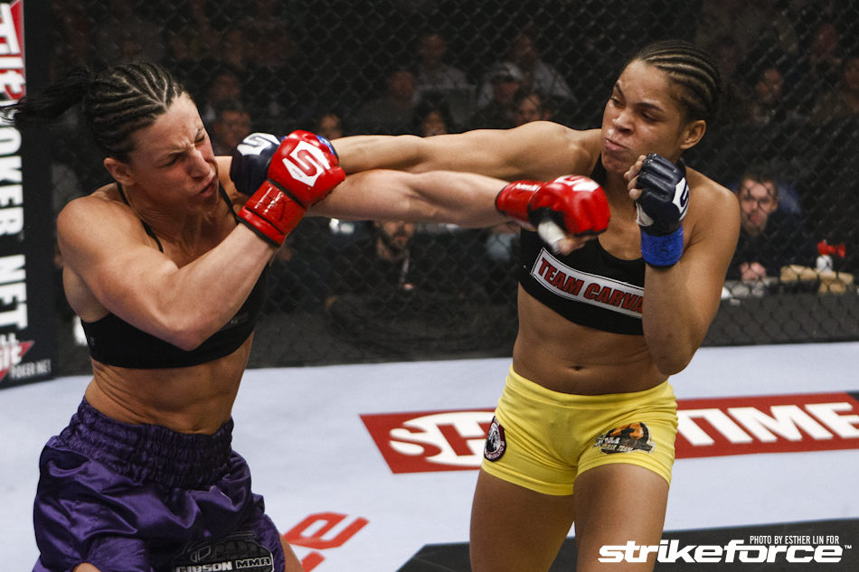 Amanda Nunes(dir.) entra para a história como primeira brasileira no UFC. Foto: Esther Lin/Strikeforce