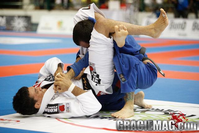 Use a lapela para aplicar o triângulo no Jiu-Jitsu