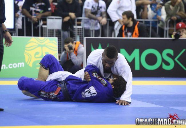 Estude a meia-guarda alta no Jiu-Jitsu, para raspar e pegar as costas