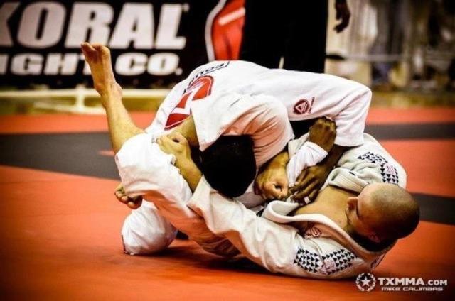 """Atenção guardeiro: veja como """"flutuar"""" o quadril no Jiu-Jitsu e finalizar no trângulo"""