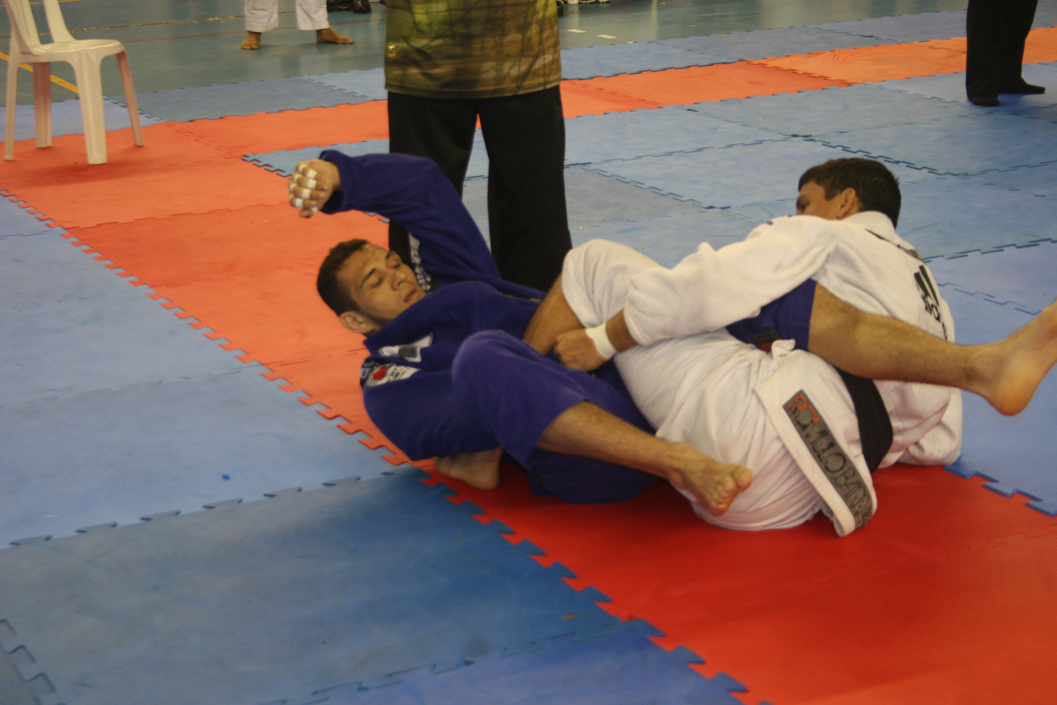 Renato Cardoso ataca o pé de Felipe Preguiça. Foto: Junior Samurai/GRACIEMAG