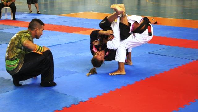 Luiza Monteiro tenta pegar o braço de Beatriz Mesquita. Foto: Junior Samurai/GRACIEMAG