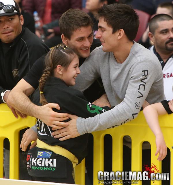 Gui e Rafael comemoram com uma das campeãs do domingo