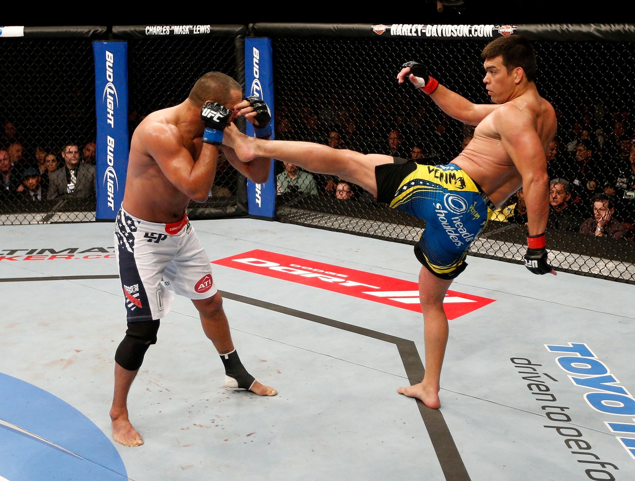 Lyoto aplica um chute alto em Dan Henderson e leva a vitória na decisão dos jurados. Foto: UFC/Divulgação