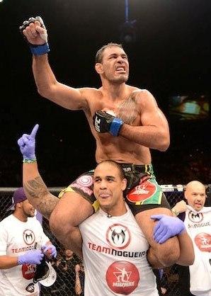 Minotouro carregado por Rafael Feijão após a vitória. Foto: UFC/Facebook