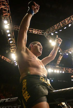 Pezão sobre na grade e comemora o nocaute sobre Overeem. Foto: UFC/Facebook