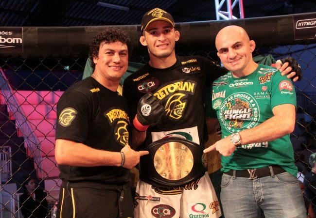 Em noite de finalizações, Curado leva cinturão no Jungle Fight 49, no Rio