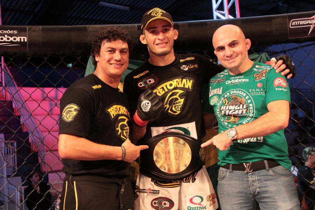 Popo, Lucio Curado, Wallid e o cinturão até 70kg do Jungle Fight. Foto: Fernando Azevedo/Divulgação