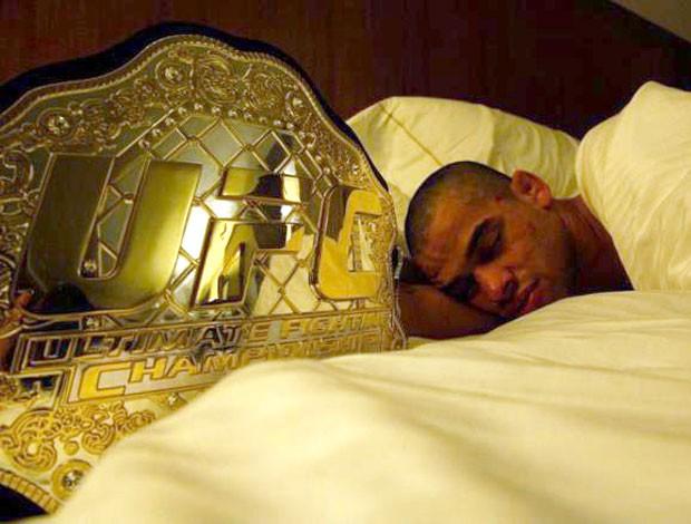 Barão dorme ao lado do cinturão, em foto de julho de 2012. Foto: André Pederneiras/Divulgação
