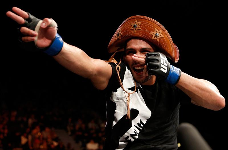 Chapéu de couro e vibração após vitória em Londres. Foto: Josh Hedges/Zuffa LLC/Zuffa LLC via Getty Images