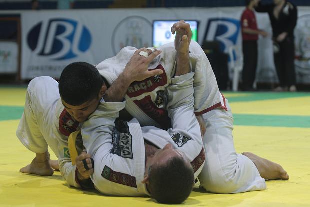 Use a lapela para finalizar no cem-quilos no Jiu-Jitsu