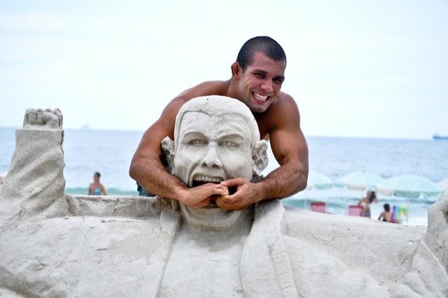Rodolfo Vieira na praia de Copacabana apos a Copa Podio Foto Deive Coutinho