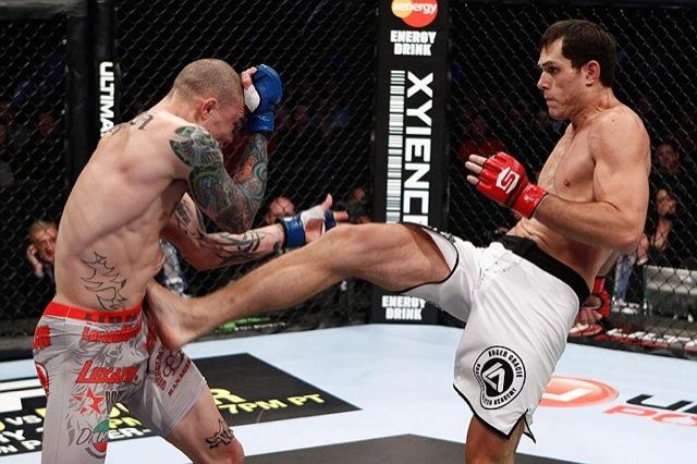Roger Gracie solta o pisao em Anthony Smith no Strikeforce derradeiro Foto Divulgacao
