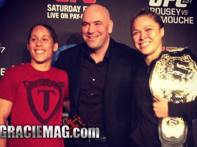 White posa com Carmouche e Rousey, primeiras mulheres contratadas do UFC. Foto: GRACIEMAG.com