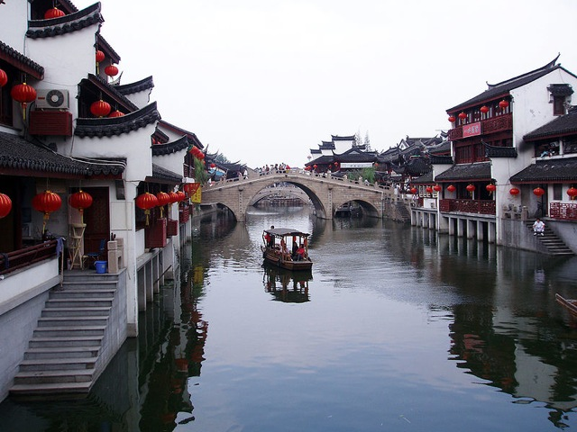 Casas ao longo do rio, no subúrbio de Xangai. Foto: Fanghong/Divulgação