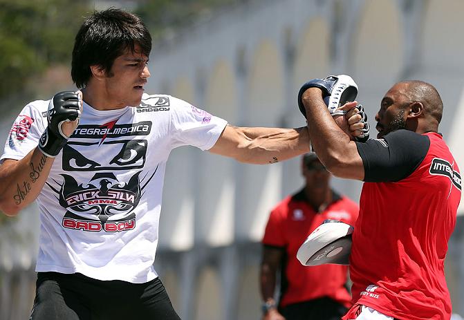 Erick Silva puxando manopla com Josuel Distak, na Lapa, RJ. Foto: Divulgação/UFC
