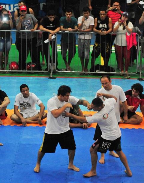 Ronys Torres ensinando movimentos de luta em pé