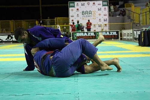 Estude a meia-guarda, para raspar e finalizar no Jiu-Jitsu