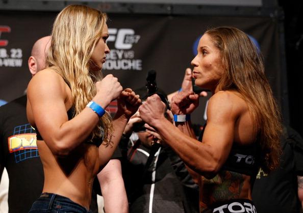 Encarada após a pesagem entre Rousey e Carmouche. Foto: Josh Hedges/Zuffa LLC via Getty Images