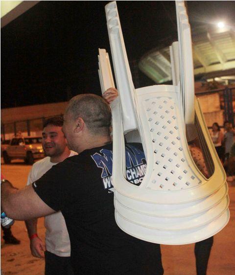 Expectadores tentaram levar cadeiras da Arena Amadeu Teixeira, em Manaus. Foto: Divulgação