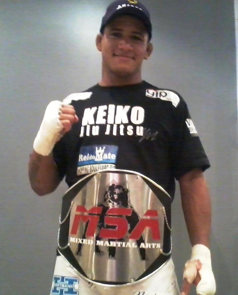 Gilbert Durinho exibe seu cinturão após vitória no MSA. Foto: Carlos Arthur Jr. /GracieMag.com